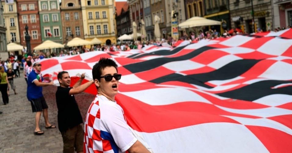 Torcida croata abre um grande bandeirão no centro da praça em Poznan, antes da partida contra a Irlanda pelo grupo C da Euro-2012