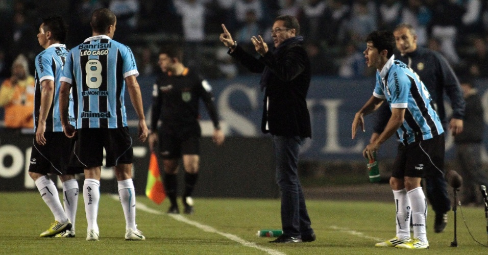 Vanderlei Luxemburgo orienta os jogadores do Grêmio durante a vitória por 2 a 0 sobre o Corinthians