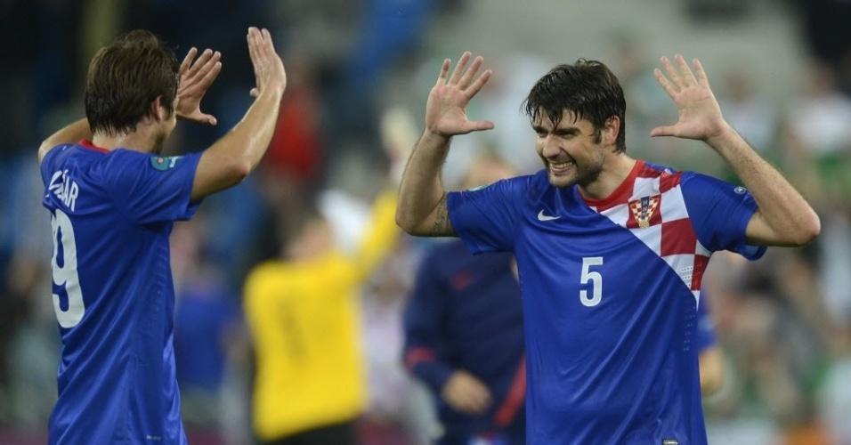 Vedran Corluka (d.) e Nikica Jelavic, da Croácia, celebram vitória sobre a Irlanda na Euro 2012