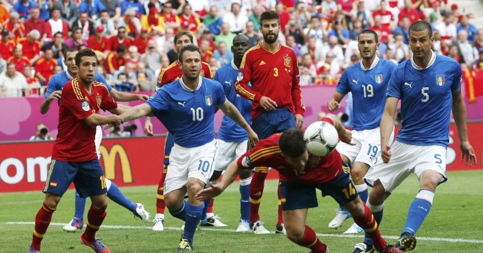 Xabi Alonso cabeceia e afasta a bola na partida entre Itália e Espanha pela Euro-2012
