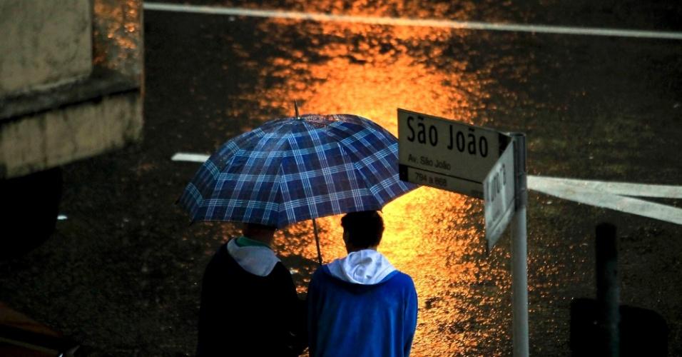 11.jun.2012 - Chuva transforma dia em noite na região central de SP