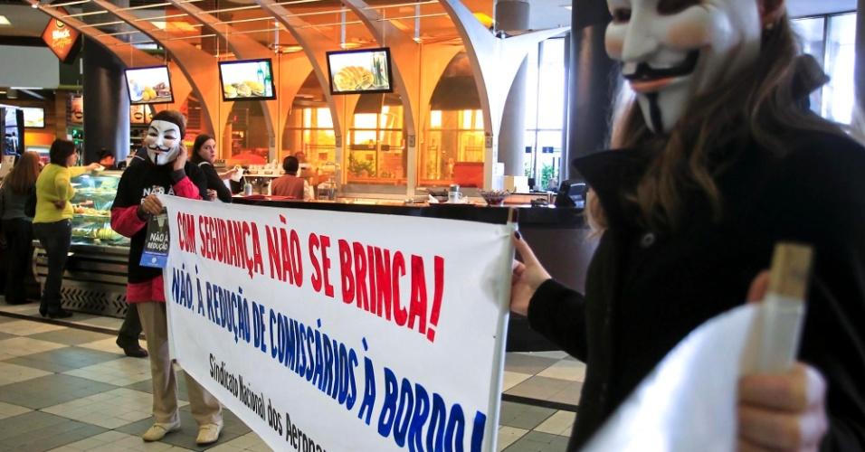 11.jun.2012 - Comissários de bordo ligados ao Sindicato Nacional dos Aeronautas realizaram protesto nesta segunda-feira (11), no Aeroporto de Congonhas, na zona sul de São Paulo. A manifestação foi contra a diminuição no número de comissários em voos de algumas companhias
