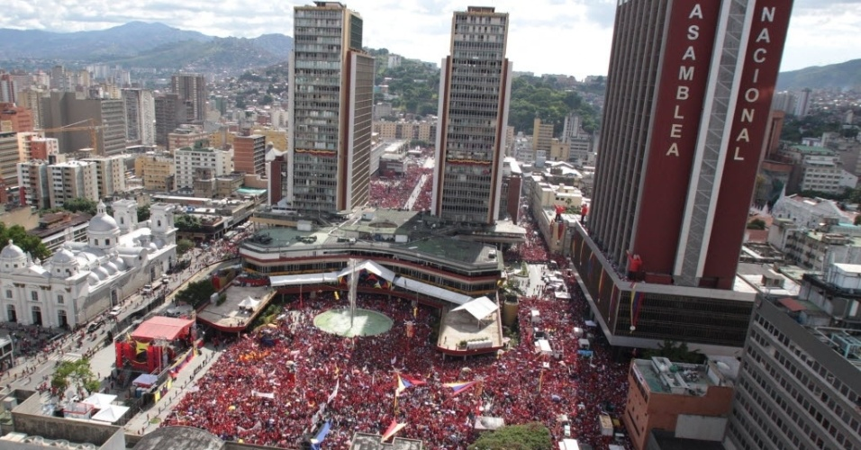 11.jun.2012 - Em Caracas, multidão acompanha discurso do presidente da Venezuela, Hugo Chávez, após ele oficializar sua candidatura à presidência do país nas eleições de outubro