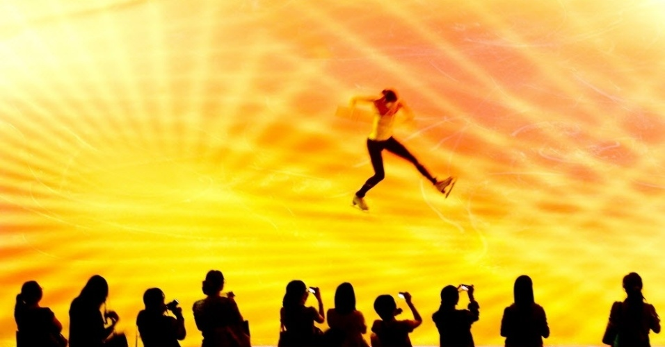 11.jun.2012 - Jornalistas fotografam patinador durante ensaio para espetáculo de patinação no gelo que estreia dia 12 de junho em Pequim, na China, com a participação de várias estrelas internacionais da modalidade