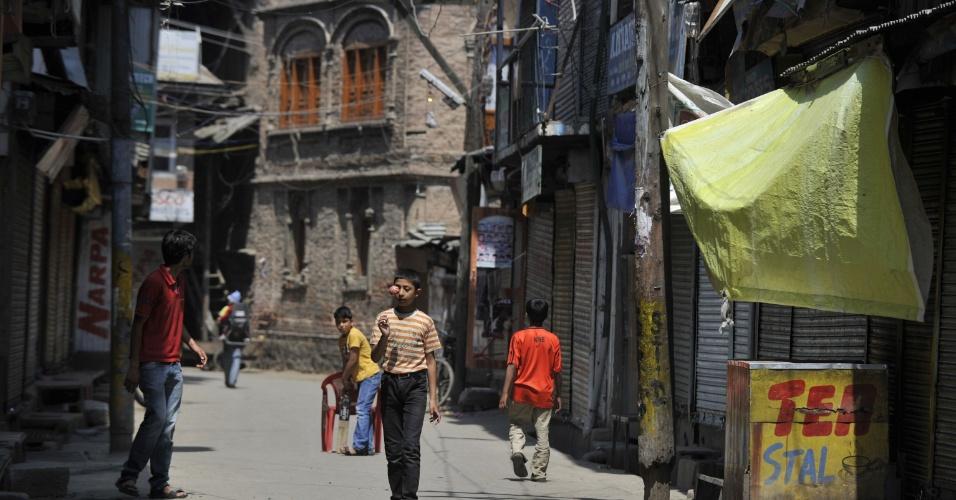 11.jun.2012 - Meninos jogam cricket em Srinagar, na Caxemira, em dia de greve geral para relembrar a morte de dúzias de jovens em ações policiais entre 2008 e 2010