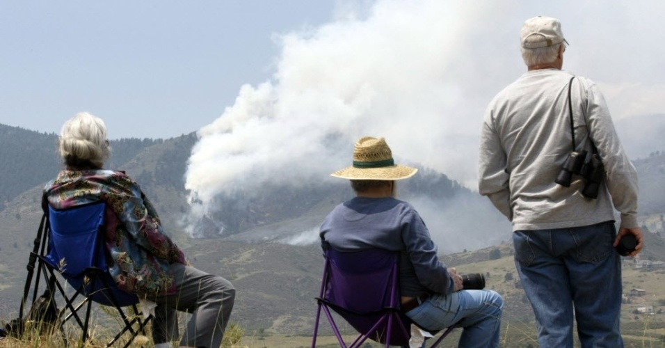 11.jun.2012 - Moradores da região de Fort Collins, no Estado norte-americano do Colorado, assistem a incêndio que consome parque nacional desde sábado (9). O incêndio já destruiu cerca de 150 mil km² de floresta e deixou uma pessoa desparecida, de acordo com as autoridades locais