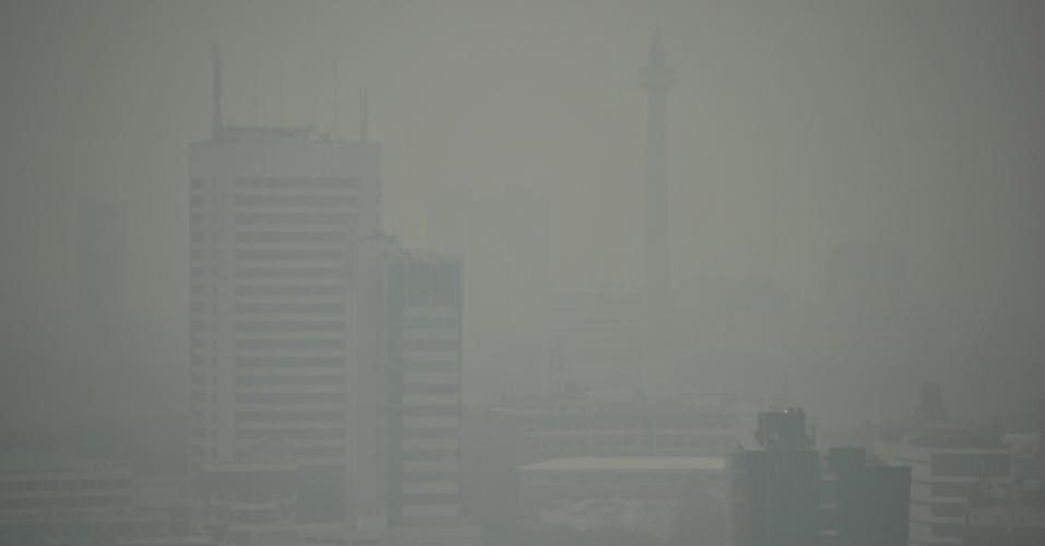 11.jun.2012 - Neblina encobre visão de prédios em Jacarta, na Indonésia