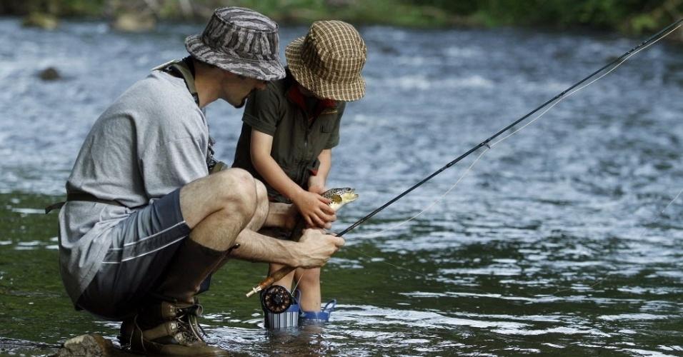 11.jun.2012 - Pai e filho pescam truta em área próxima ao Estado da Pensilvânia, nos EUA