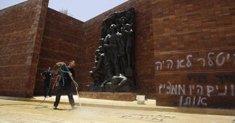 11.jun.2012 - Pichação em memorial do Holocausto em Jerusalém (Israel)