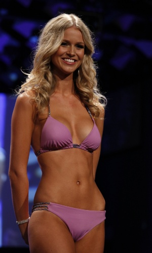 11.jun.2012 - Renae Ayris, vencedora do Miss Austr&#225;lia Universo 2012, desfila de biquini durante o concurso, disputado em Melbourne