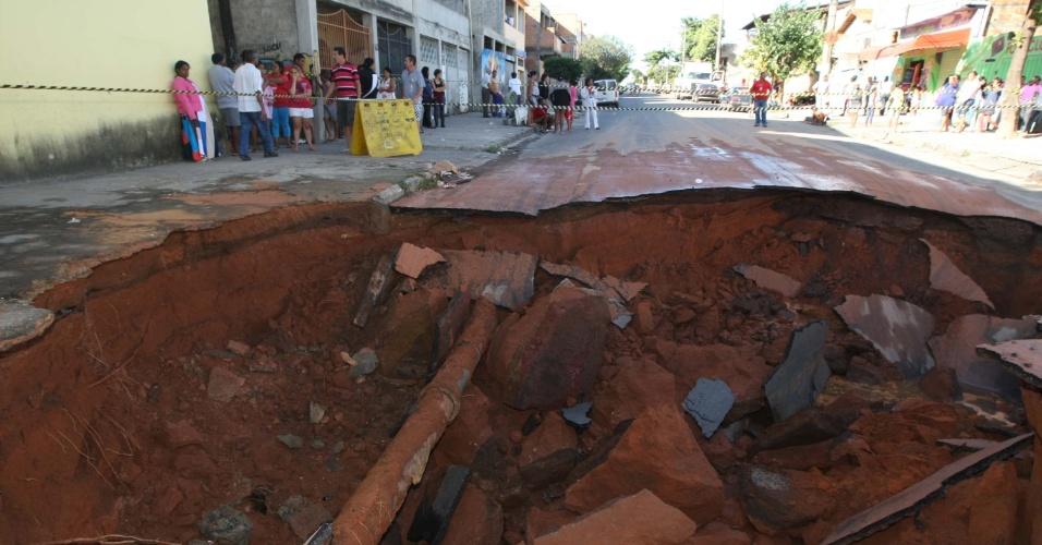 11.jun.2012 - Rompimento de uma tubulação da Copasa (Companhia de Saneamento de Minas Gerais) em Belo Horizonte provocou as formação de uma enorme cratera na avenida Professora Gabriela Varela. Uma creche, uma igreja e uma casa foram interditadas