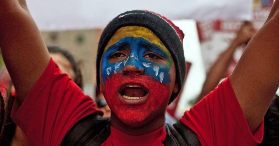 11.jun.2012 - Simpatizante do presidente venezuelano, Hugo Chávez, acompanha evento em Caracas
