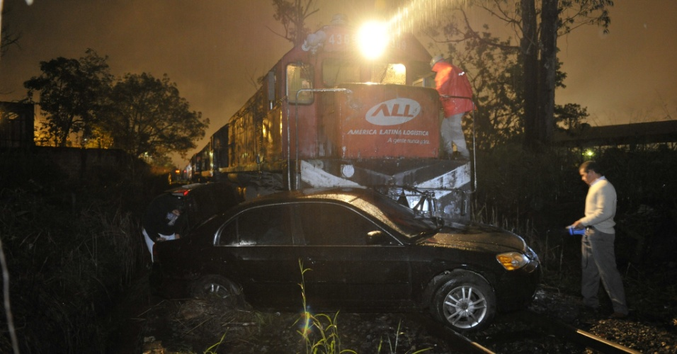 11.jun.2012 - Trem arrasta carro por 200 m em Joinville &#40;SC&#41;