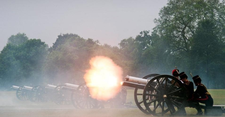 11.jun.2012 - Tropas reais inglesas disparam tiro de canhão em comemoração ao 91º aniversário do príncipe Philip
