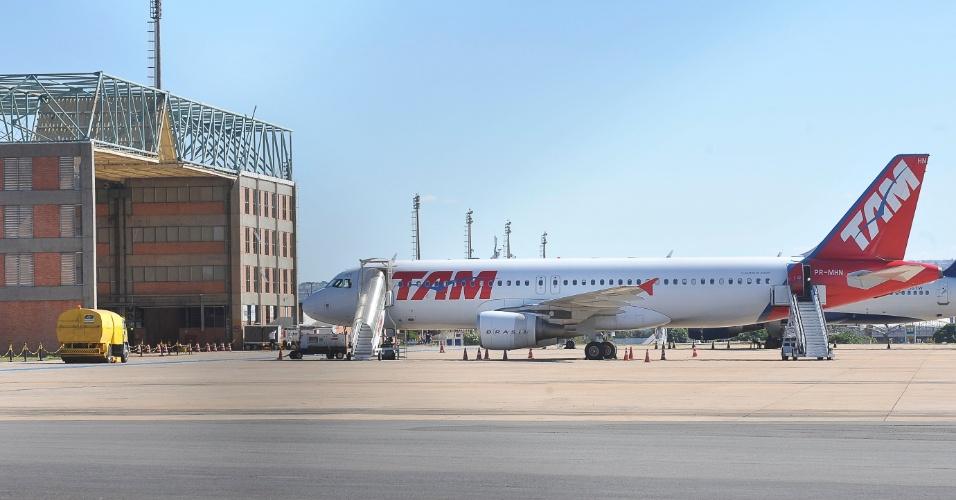 11.jun.2012 - Um avião da companhia aérea TAM que seguia do Rio de Janeiro para Belém na manhã desta segunda (11) teve que pousar em Brasília por causa de uma suspeita de fogo na lixeira de um dos banheiros