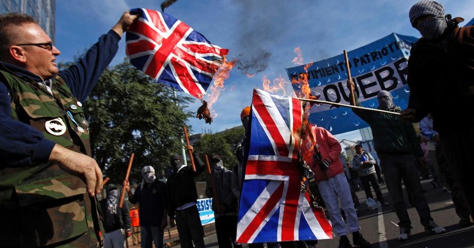 11.jun.2012 - Veteranos da guerra das Malvinas ateiam fogo a bandeiras do Reino Unido em Buenos Aires, na Argentina