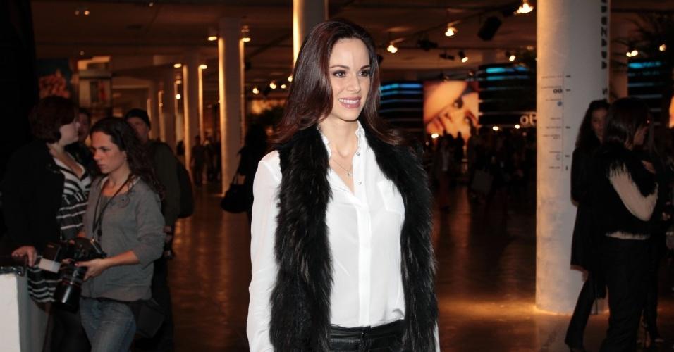 A atriz e apresentadora Ana Furtado confere o primeiro dia de desfiles da São Paulo Fashion Week (11/6/12)