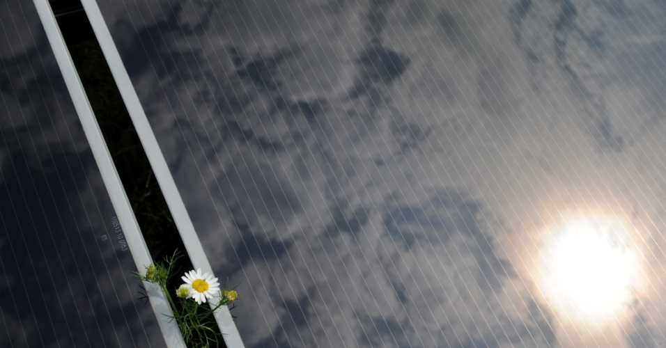 A foto é de uma planta de energia solar na cidade de Puchheim, próxima a Munique, inaugurada em junho de 2011