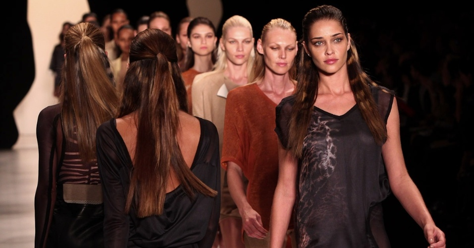 Ana Beatriz Barros e Shirley Mallmann comandam desfile da Animale em S&#227;o Paulo (11/6/12)