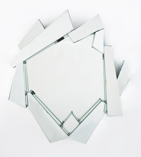 Com formato recortado e pouco usual, esse espelho em vidro e MDF pode decorar salas e até banheiros com design mais contemporâneo. Mede 1,16 x 1,07 x 0,14 m e está à venda por R$ 3.290 na Kare (www.kare-saopaulo.com.br)