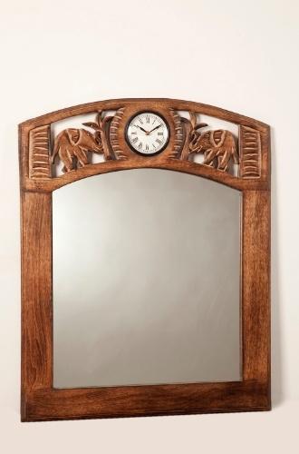 Com linhas clássicas e indicado para ambientes de decoração mais tradicional, esse espelho conta com relógio embutido e moldura em madeira trabalhada. Medidas: 70 x 60 cm. À venda na Balisun Decoração (www.balisun.com.br) por R$ 269