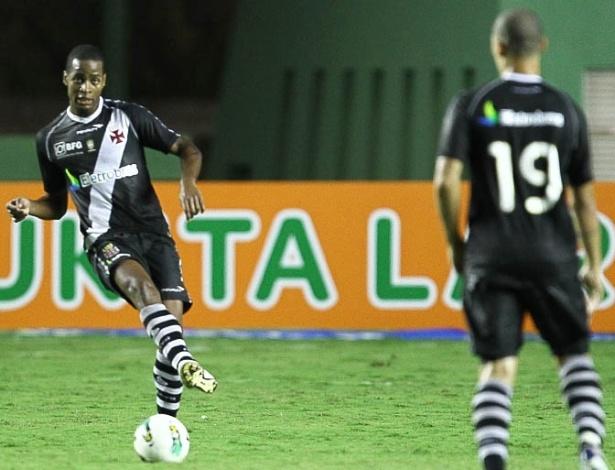 Dedé toca a bola no seu retorno ao time do Vasco após dois meses (10/06/2012)