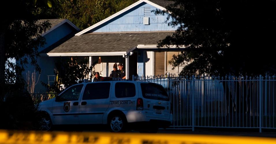 Investigadores coletam provas em local de tiroteio em Sacramento, na Califórnia (EUA)