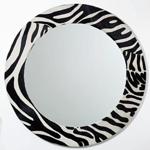 O espelho Cavalli da Butik (www.butik.com.br) pode ser usado em diversos ambientes para dar um ar mais sexy e ousado. Com moldura revestida em couro serigrafado com estampa de zebra, tem 1,2 m de diâmetro e é comercializado por R$ 3.503