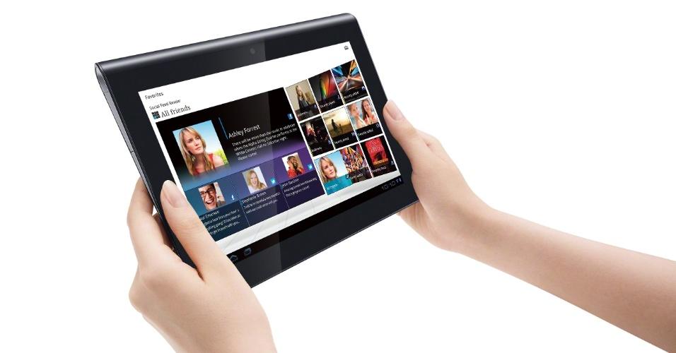 Porém, apenas suas curvas caprichadas não são capazes de sustentar a atração pelo Sony Tablet, que falha em pequenos detalhes justamente no design e também no desempenho