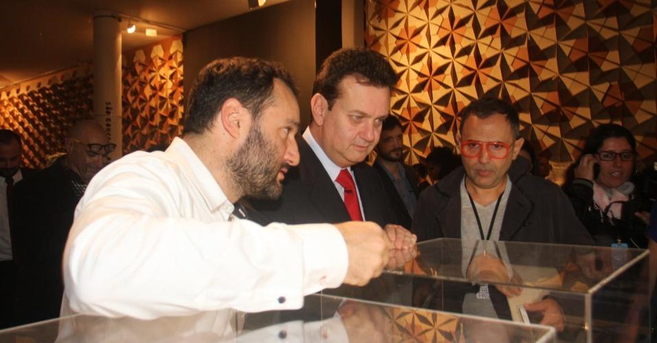 Prefeito Gilberto Kassab observa maquete durante a SPFW Verão 2013