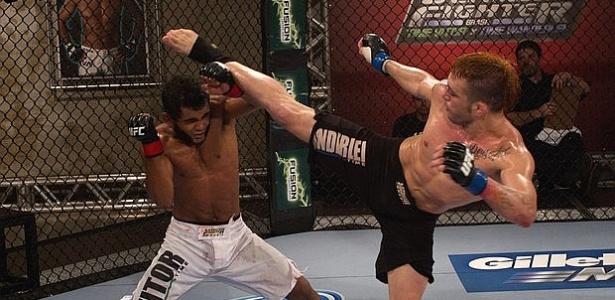 Rony Jason tenta chute em Hugo Wolverine em sua vitória na semifinal dos penas