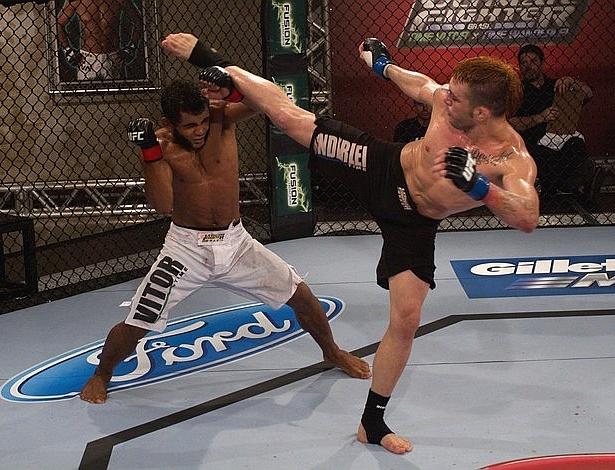Rony Jason tenta chute em Hugo Wolverine em sua vitória na semifinal dos pesos penas do TUF