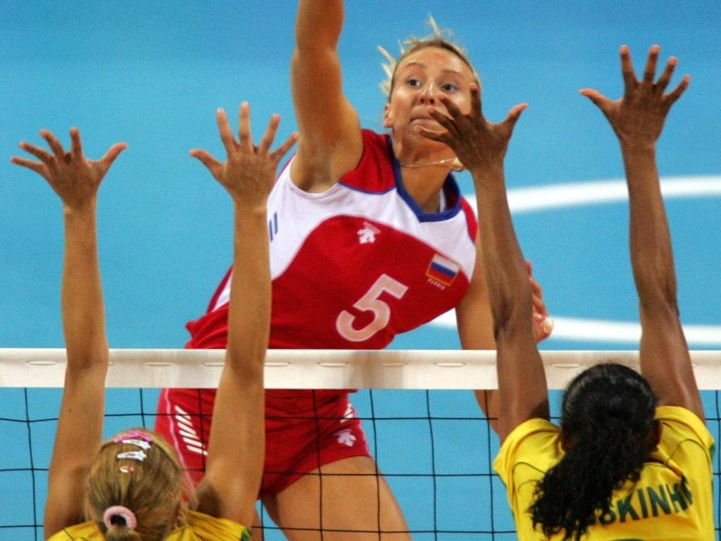 Russa Sokolova encara o bloqueio das brasileiras Érika e Valeskinha na semifinal do vôlei feminino nos Jogos Olímpicos de Atenas-2004 (26/08/2004)