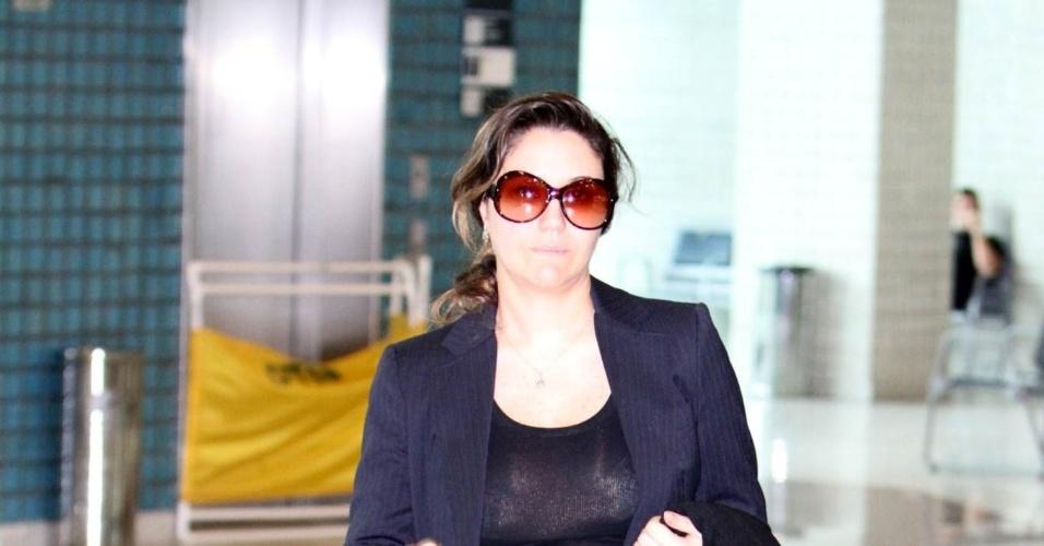 Sob rumores de gravidez, a cantora Maria Rita circulou pelo aeroporto Santos Dumont, centro do Rio (11/6/12)