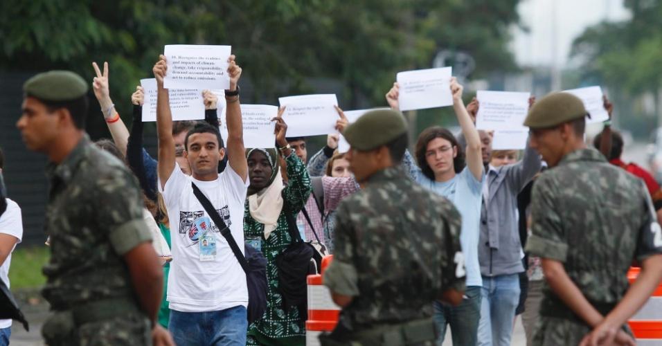 12.jun - Jovens de diversos países marcharam até a entrada do Riocentro para levar as 20 soluções ara um mundo sustentável
