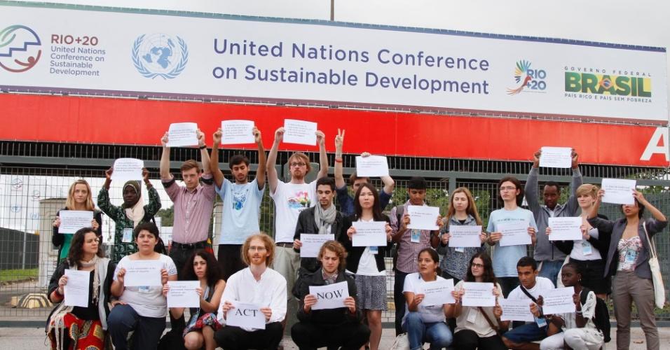 12.jun - Jovens de diversos países marcharam até a entrada do Riocentro
