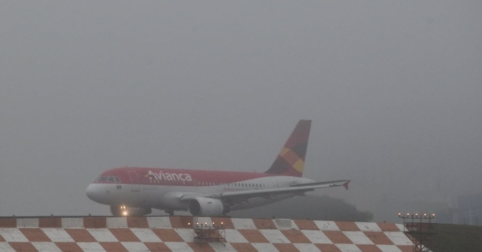 12.jun.2012 - Avião se posiciona na pista do Aeroporto de Congonhas nesta terça-feira (12). A neblina que cobre a cidade de São Paulo mantém o aeroporto fechado desde o início da noite