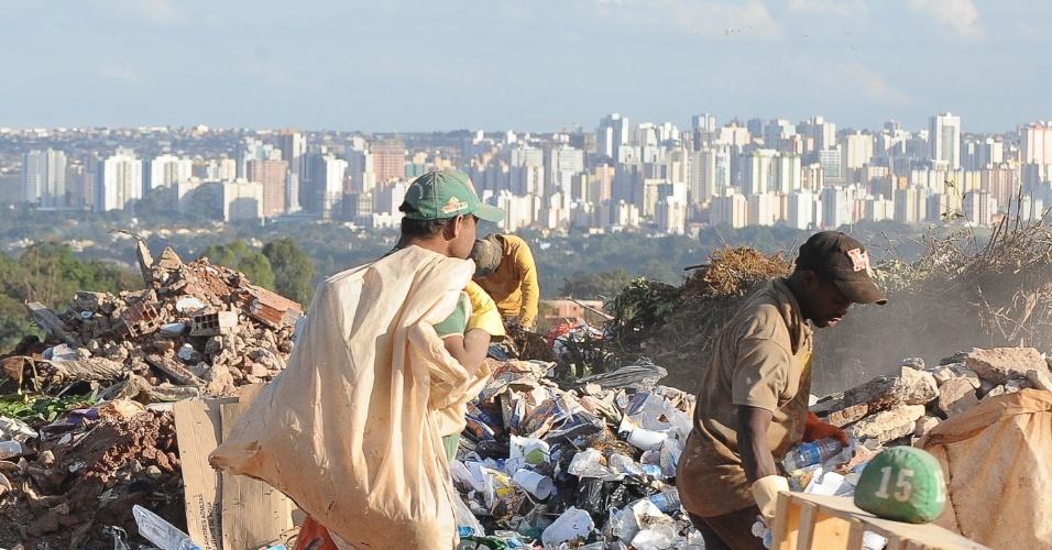 12.jun.2012 - Lixão da Estrutural, a 15 quilômetros da região central de Brasília, concentra o maior número de casos de exploração do trabalho de crianças e adolescentes na capital federal. Hoje é o Dia mundial de combate ao trabalho infantil