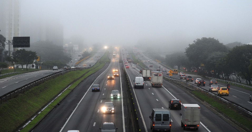 12.jun.2012 - Neblina no km 149 da Rodovia Dutra, em S&#227;o Jos&#233; dos Campos (SP)