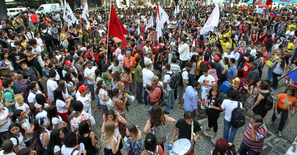 12.jun.2012 - No Rio de Janeiro, tamb&#233;m houve protesto de alunos e professores. Os manifestantes ocuparam parte da avenida Rio Branco, no centro da cidade, e seguiram at&#233; a Pra&#231;a 15, na mesma regi&#227;o. No Estado, todas as universidades federais aderiram &#224; greve. No total, s&#227;o 48 institui&#231;&#245;es paradas, al&#233;m de cinco institutos federais