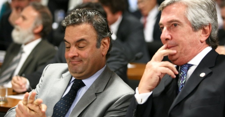 12.jun.2012 - Os senadores A&#233;cio Neves (PSDB-MG), &#224; esquerda, e Fernando Collor (PTB-AL) conversam durante o depoimento do governador de Goi&#225;s, Marconi Perillo (PSDB), na CPI do Cachoeira
