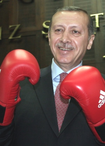 12.jun.2012 - Premi&#234; turco, Tayyip Erdogan, posa para foto com luvas de boxe