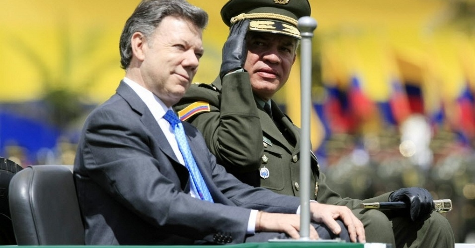 12,jun.2012 - Presidente da Col&#244;mbia, Juan Manuel Santos (esquerda) e o diretor da Pol&#237;cia Nacional da Col&#244;mbia, Jos&#233; Roberto Le&#243;n Ria&#241;o