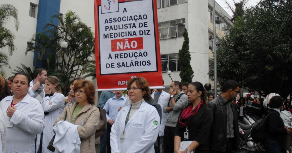 12.jun.2012 - Protesto de m&#233;dicos contra a MP 568, na regi&#227;o da Vila Mariana, zona sul de S&#227;o Paulo