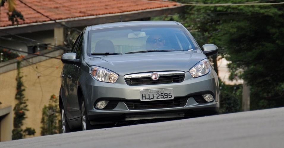 A dianteira, moderna e alinhada ao padrão dos novos Fiat, tem faróis bipartidos e friso cromado na grade, além de faróis de neblina de série