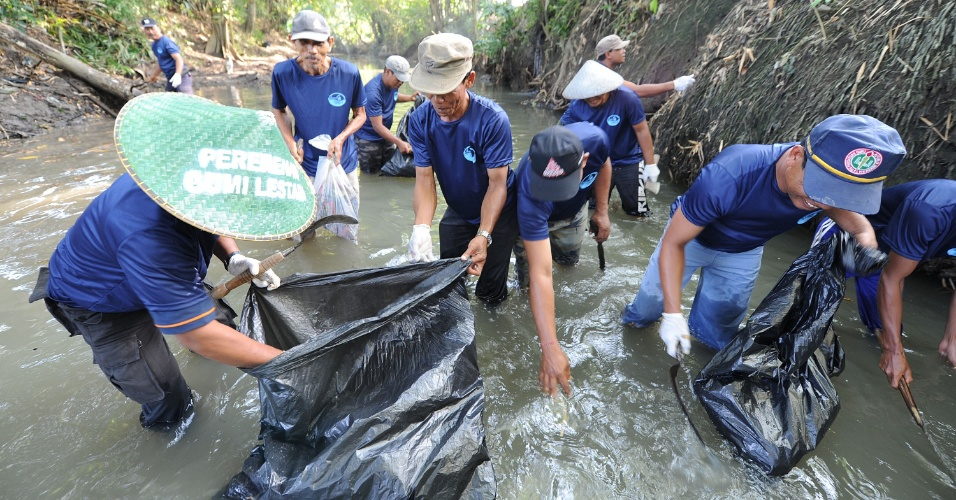 a foto, campanha com mais de mil moradores da região de Perenan, na ilha de Bali, promove a despoluição dos rios e mananciais da região - boa para o meio-ambiente e para os negócios no balneário turístico