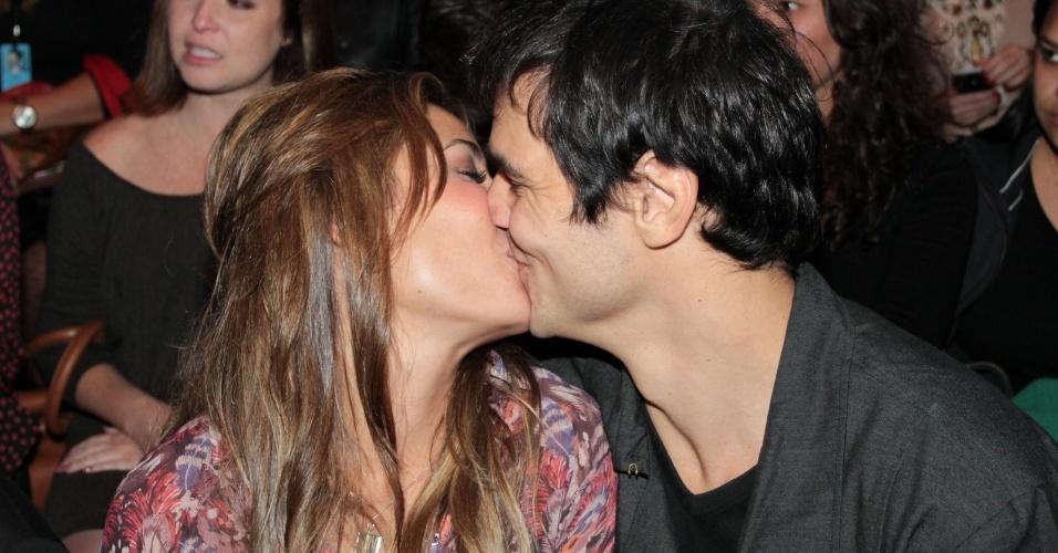 Atriz Giselle Itié e o namorado, o empresário Rodrigo Gimenes, curtiram o romance no primeiro dia de desfile da SPFW 2013 (11/6/12)