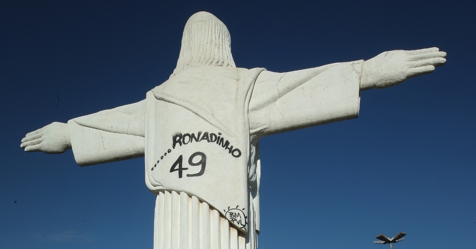 Cristo Redentor de Belo Horizonte &#233; pichado com o nome de Ronaldinho