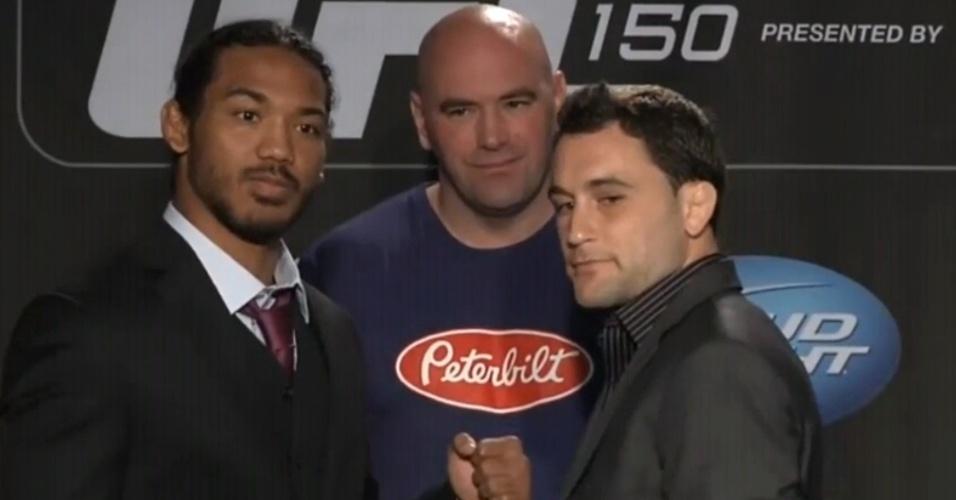 Dana White observa o campeão dos leves Ben Henderson encarar Frankie Edgar antes do confronto no UFC 150
