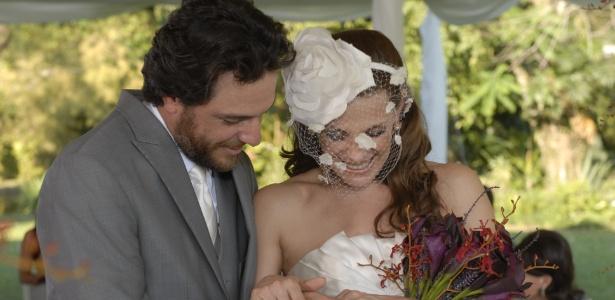 """Em """"O Astro"""", personagem de Carolina Ferraz usou casquete no casamento com Rodrigo Lombardi"""